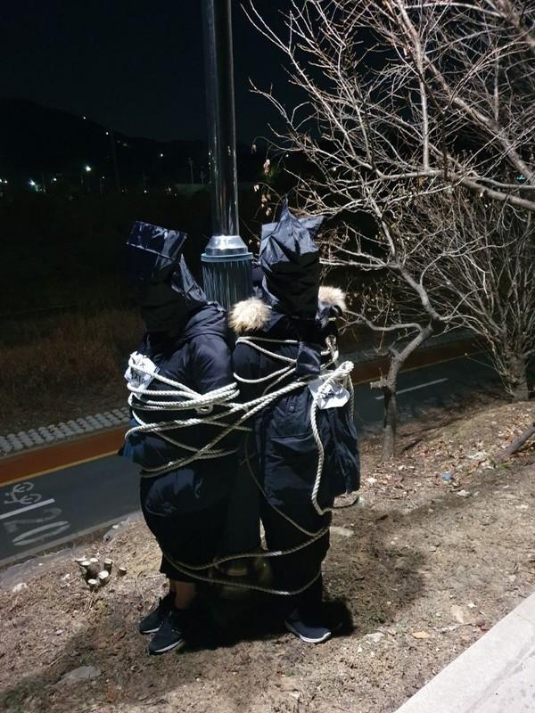 가로등에 몸을 묶고 훈련 중인 신천지 신도(자료 그루터기상담협회)