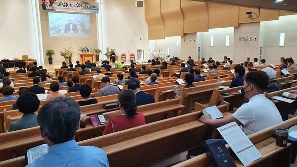 예배 사회를 진행하는 이성구 목사
